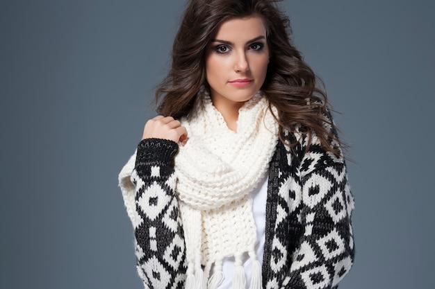 Ritratto di bella donna in vestiti caldi
