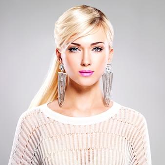 Ritratto di bella donna con trucco luminoso di modo e capelli bianchi.