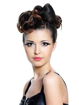 Ritratto di bella donna con trucco luminoso e acconciatura alla moda