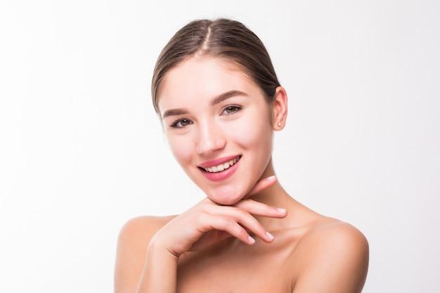 Ritratto di una bella donna con una pelle perfetta sul muro bianco