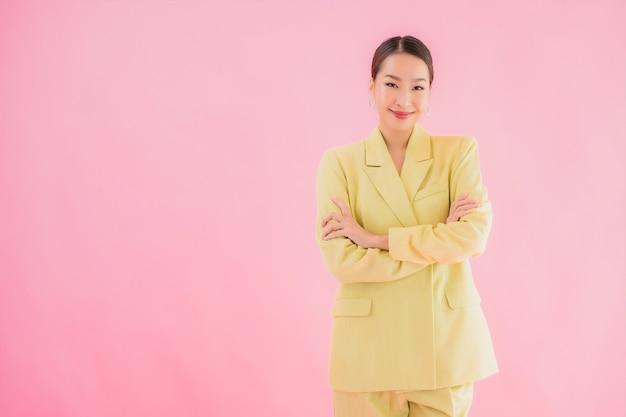 肖像画の美しい若いアジアビジネス女性笑顔ピンク色のアクションで