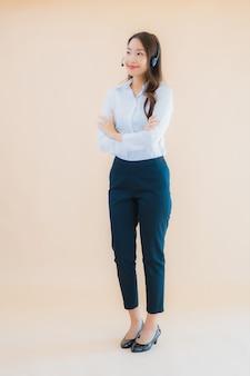 콜 센터 헤드폰 초상화 아름 다운 젊은 아시아 비즈니스 여자