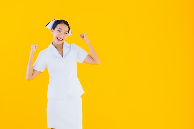 肖像画の美しい若いアジアのタイの看護師