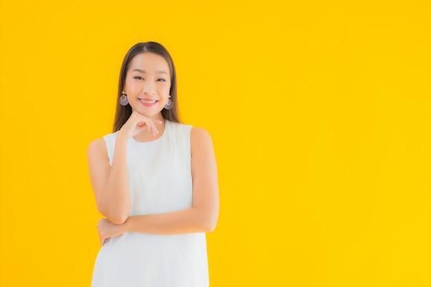 Bella giovane donna asiatica del ritratto nell'azione