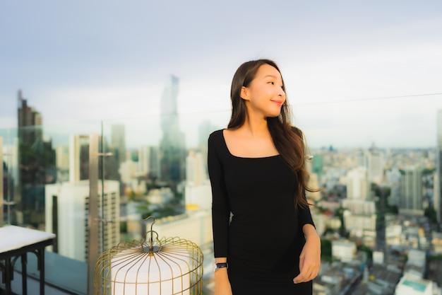 屋上バーとレストランで肖像画の美しい若いアジア女性