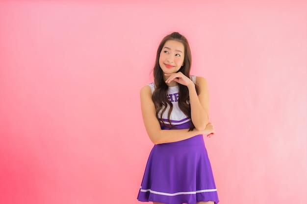 초상화 아름 다운 젊은 아시아 여자 치 어 리더 미소 행복