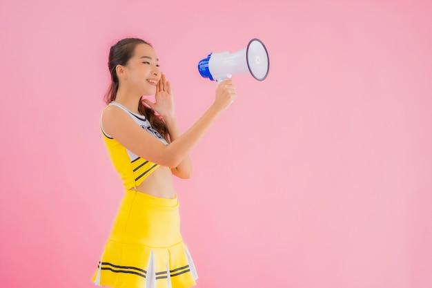 확성기와 초상화 아름 다운 젊은 아시아 여자 치 어 리더