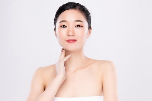 肖像画美しい若いアジア女性きれいな新鮮な素肌の概念。アジアの女の子の美しさの顔のスキンケアと健康、フェイシャルトリートメント、完璧な肌、自然なメイクアップ