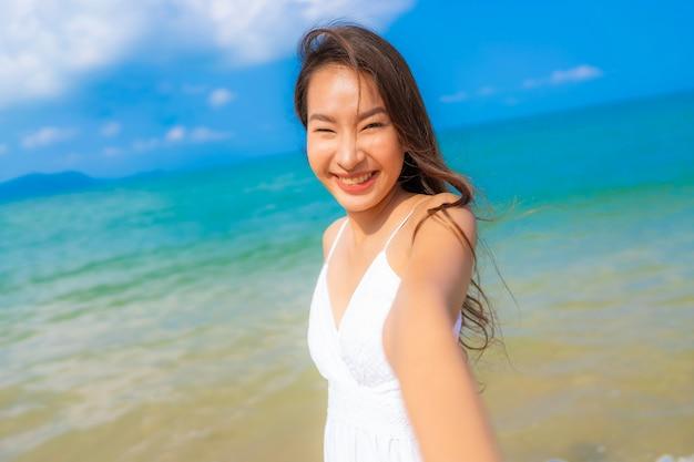 해변 바다와 바다에 세로 아름다운 젊은 아시아 여성 행복한 미소 레저