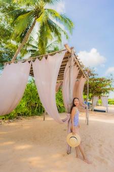 세로 아름다운 젊은 아시아 여성 행복한 미소 레저 여행 열대 해변 바다 바다에서 휴식을