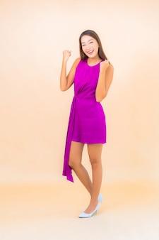 격리 된 색상 배경에 행동에 초상화 아름 다운 젊은 아시아 여자
