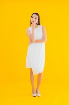 アクションの肖像若い美しいアジアの女性