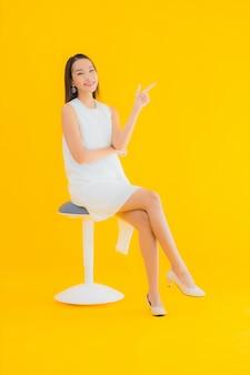 Женщина портрета красивая молодая азиатская в действии