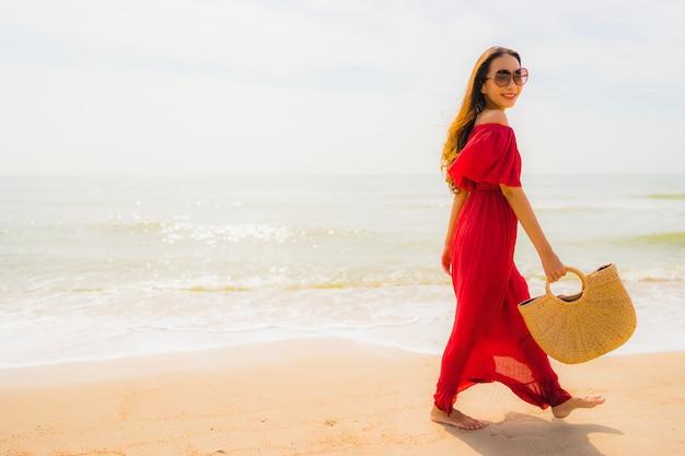 해변과 바다에 초상화 아름 다운 젊은 아시아 여자