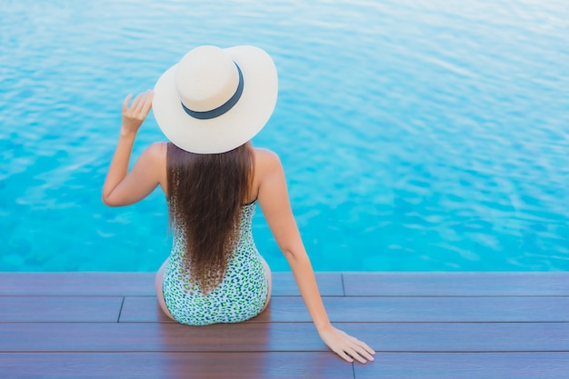 세로 아름 다운 젊은 아시아 여자 야외 수영장 주변 미소 레저 휴식