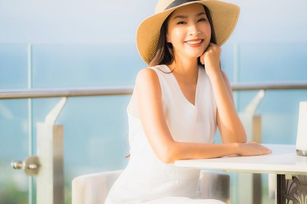 レストランに座っている美しい若いアジア女性