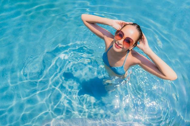 수영장에서 초상화 아름 다운 젊은 아시아 여자 미소 행복 휴식과 레저