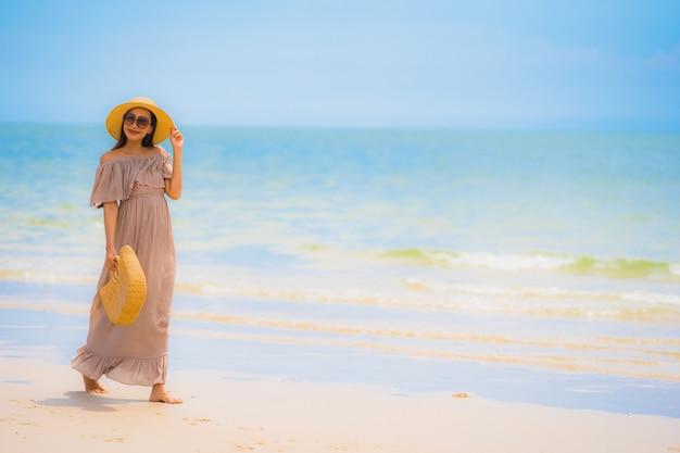 초상화 아름 다운 젊은 아시아 여자 미소 열 대 야외 자연 해변 바다에 행복 산책