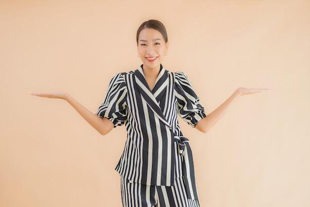 Bello giovane sorriso asiatico della donna del ritratto felice