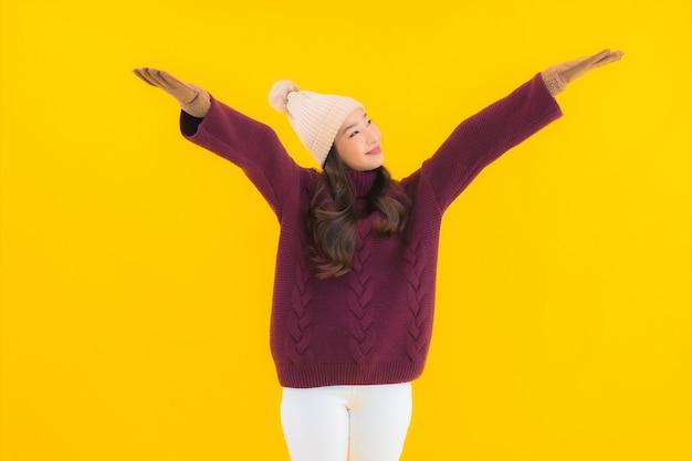 초상화 아름 다운 젊은 아시아 여자 미소 행복한