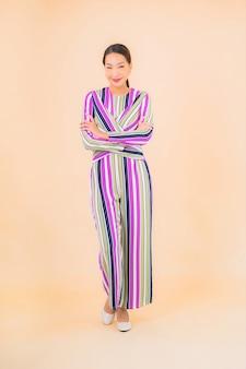 肖像画美しい若いアジアの女性の笑顔は、色のアクションでリラックス