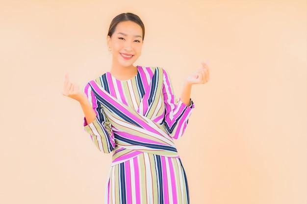 세로 아름 다운 젊은 아시아 여자 미소 색상에 행동에 긴장