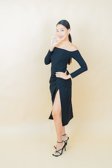노란색에 행동으로 초상화 아름 다운 젊은 아시아 여자 미소
