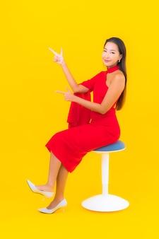 画象美丽的年轻亚裔妇女微笑与行动