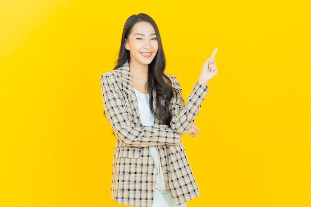 Sorriso di bella giovane donna asiatica del ritratto con action