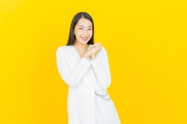 Улыбка женщины портрета красивая молодая азиатская с действием