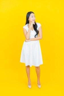 肖像画の美しい若いアジア女性の笑顔