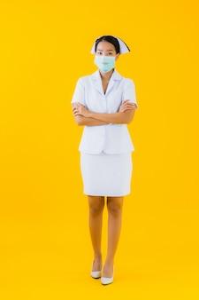 Маска носки медсестры красивой молодой азиатской женщины портрета тайская для защищает covid19 или coronavirus