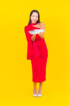 현금과 돈을 많이 가진 초상화 아름 다운 젊은 아시아 여자
