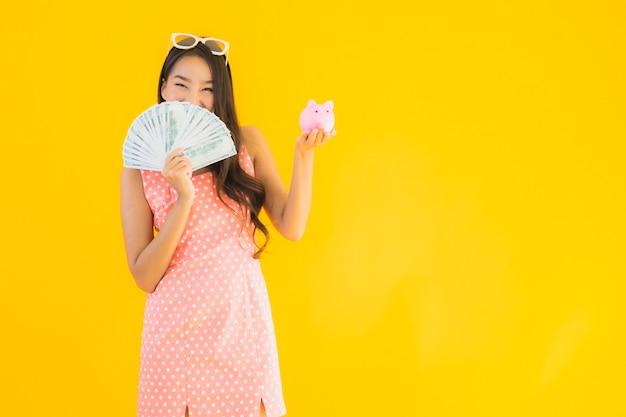 현금 많이 가진 초상화 아름 다운 젊은 아시아 여자