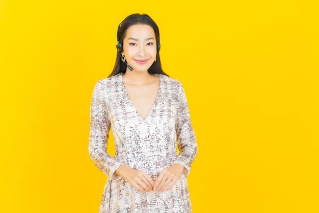 노란색 콜 센터 고객 관리 서비스 센터와 초상화 아름 다운 젊은 아시아 여자