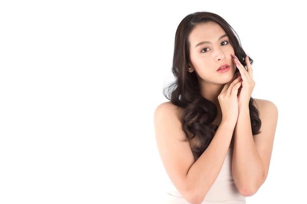 きれいな新鮮な肌を持つ肖像画の美しい若いアジアの女性。美容コンセプト。