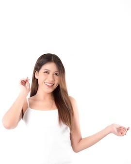 清潔でさわやかな肌を持つ美しい若いアジア女性の肖像画