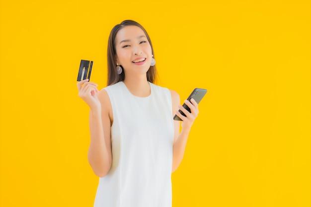 온라인 쇼핑을위한 신용 카드로 초상화 아름 다운 젊은 아시아 여자