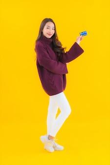 オンラインショッピングのクレジットカードで美しい若いアジアの女性の肖像画