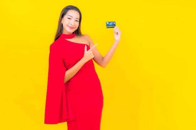 신용 카드와 초상화 아름 다운 젊은 아시아 여자