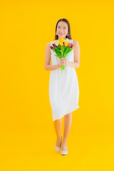 Женщина портрета красивая молодая азиатская с цветком