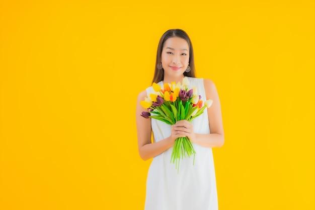 花の美しい若いアジア女性の肖像画