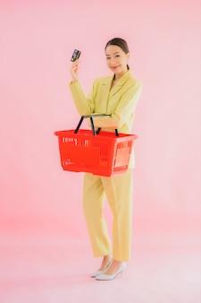 색상 슈퍼마켓에서 식료품 바구니와 세로 아름 다운 젊은 아시아 여자