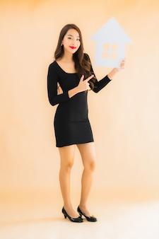 Женщина портрета красивая молодая азиатская с домашним знаменем