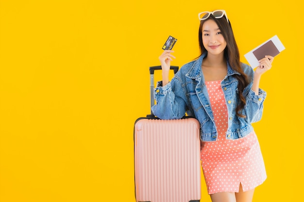 Женщина портрета красивая молодая азиатская с сумкой перемещения багажа с билетом паспорта и посадочного талона