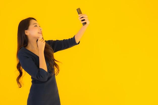 전화로 초상화 아름 다운 젊은 아시아 여자