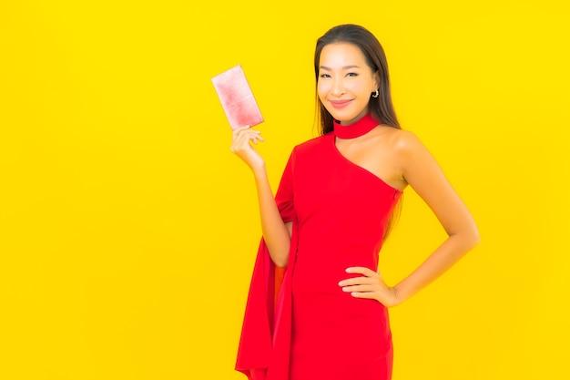 Женщина портрета красивая молодая азиатская с красным письмом конверта