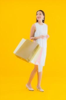 Женщина портрета красивая молодая азиатская с хозяйственной сумкой от универмага розничных продаж