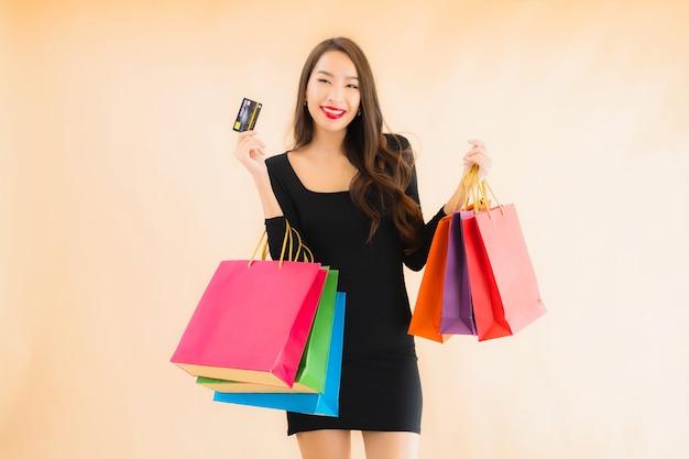 세로 아름 다운 젊은 아시아 여자 쇼핑 가방