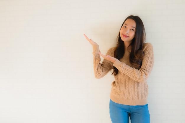 초상화 아름 다운 젊은 아시아 여성은 많은 행동에 행복 미소